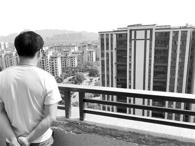 康康站在自家18楼阳台往下看