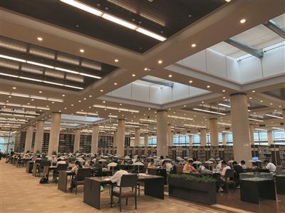 大早上杭州图书馆 排起了两队百米的长龙等待入馆