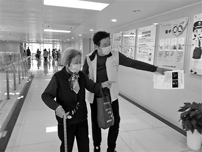 陆连国在李惠利东部医院帮助患者就医。