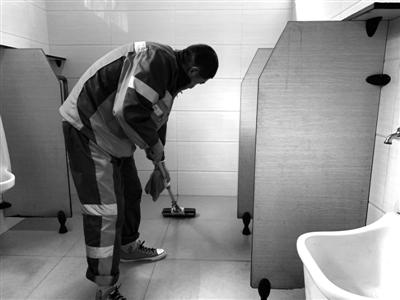 实验结束后,李师傅赶紧将卫生间地面打扫干净。