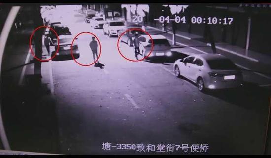监控显示:此时已是4月4日零点,3人并排对马路两侧车辆车门逐一检查。