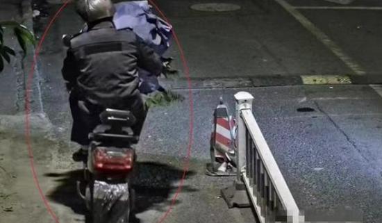 深夜头上套个塑料袋 杭州男子偷走小区门口的盆栽