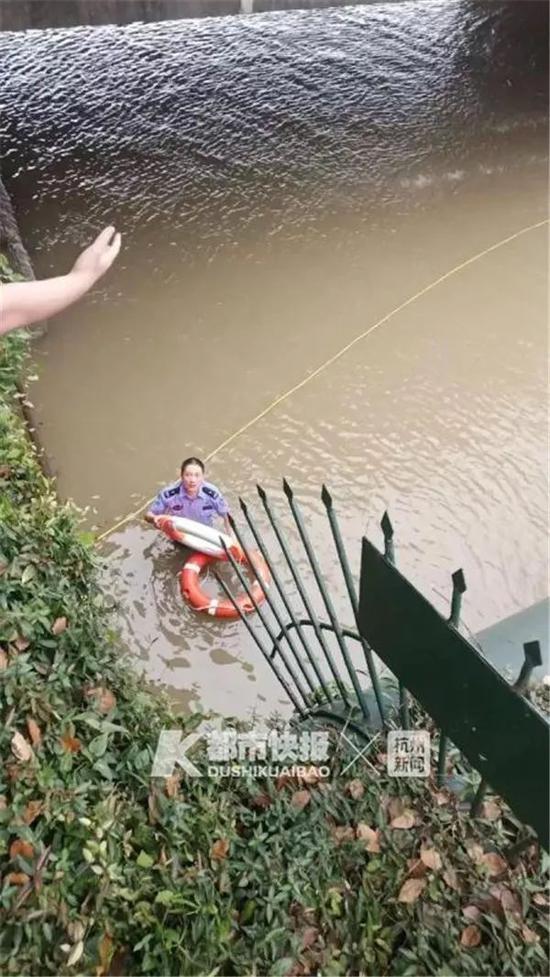 杭1车辆调入钱塘江入江口 民警抱起救生圈就往下跳