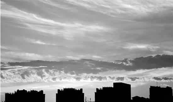 昨天杭城持续高温,城市上空朝霞似火。 里尔/摄