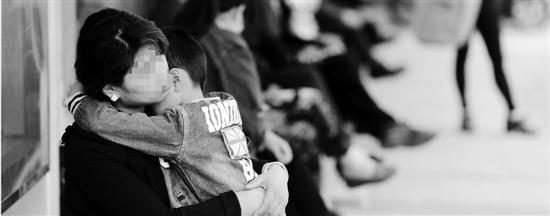 杭州民办小学报名,小男孩有些怯场,妈妈在安慰他。   本报   资料照片