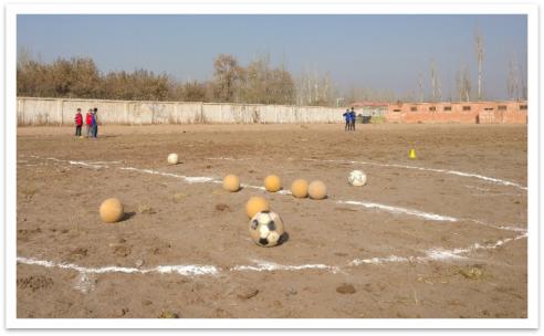 新疆喀什疏附县吾库萨克镇中心小学 ©青少年足球成长公益基金
