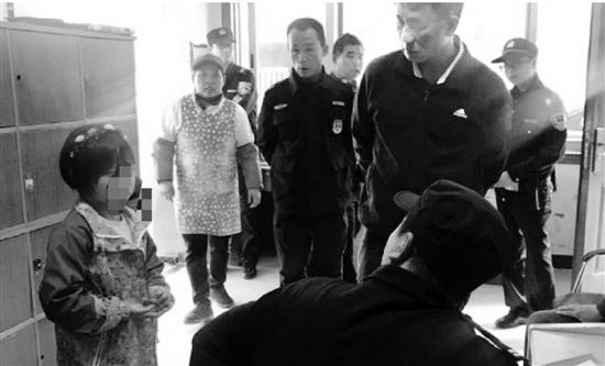 杭州3岁幼童被人抱起大哭 外卖小