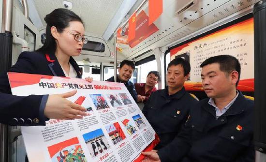 宁波公交集团镇海公司开展了十米车厢讲党史活动