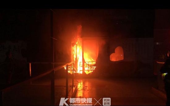 电表箱突然冒出黑烟 几分钟内杭州富阳一火锅店起火