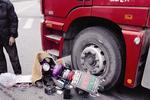 杭州1工程车右转撞上电动车 女伤者伤势严重