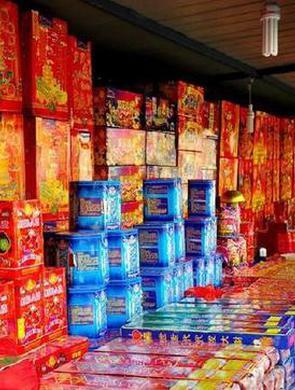 杭州1男子在小作坊囤烟花千余箱