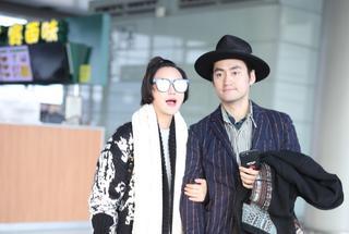 袁弘张歆艺夫妇甜蜜现身机场大方拥吻