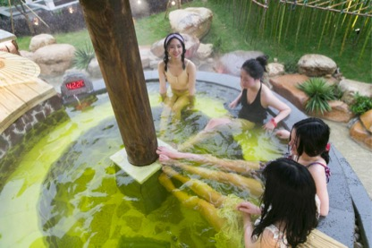 游客在横店梦泉谷温泉度假区泡汤