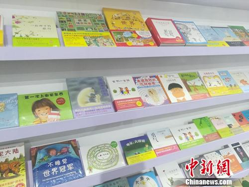 """""""爱心树童书畅销榜TOP50""""展架上陈列的部分书籍。上官云 摄"""