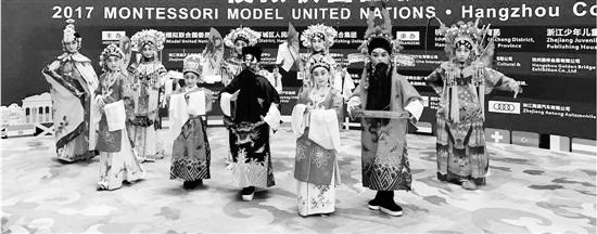 长寿桥小学京剧社的孩子们。