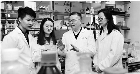这项研究工作为期四年半,共同第一作者是博士研究生曹蔚(左二)和林燊(左一),共同通讯作者是罗建红教授(右二)和许均瑜副教授(右一)。