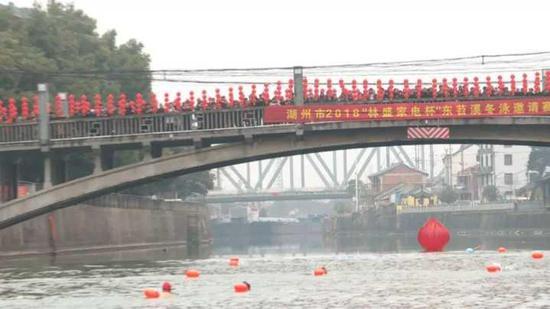 湖州近80名冬泳爱好者劈波斩浪 7.5℃水中畅游东苕溪