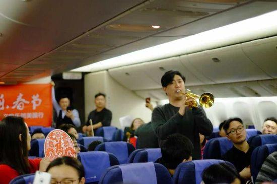 浙江交响乐团上演飞机春晚 于万米高空给大家拜年