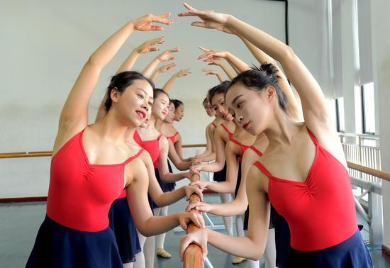 浙纺服院舞蹈班大学生拍创意毕业照致青春