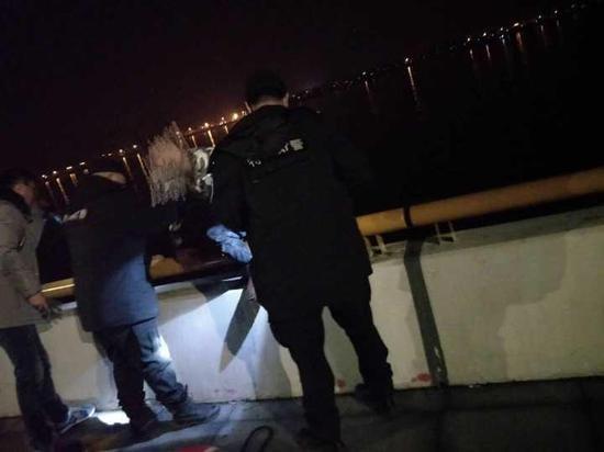 杭州小夫妻赌气双双跳江 民警凌晨钱塘江里救人