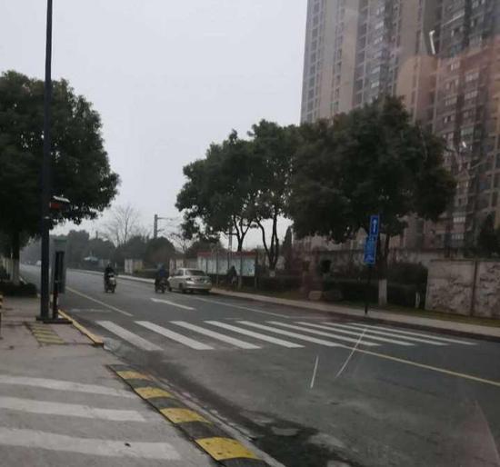 行车道划成停车位 杭州交警办好事却惹来非议(图)