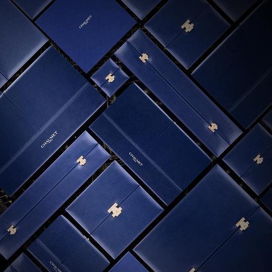 如今的CHAUMET蓝盒延续了历史作品的前开式设计,蓝色皮革外壳衬垫为手工缝制,内部珠宝盒以丝绒、绸缎、金箔打造,饰以黄铜扣环