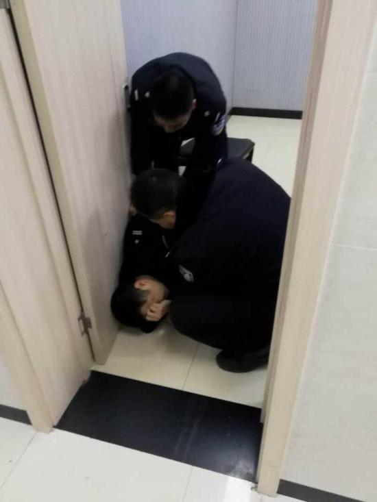 台州民警除夕晕倒在岗位上 前一天带病处理9起警情