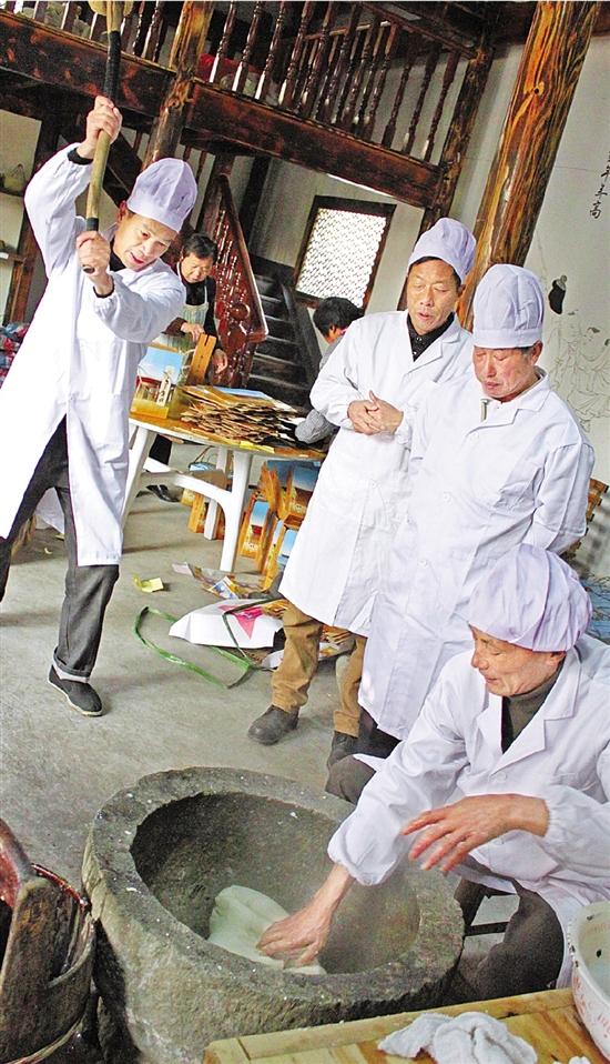 杭州10多位老人组成年糕队 手艺是祖辈手把手传下来