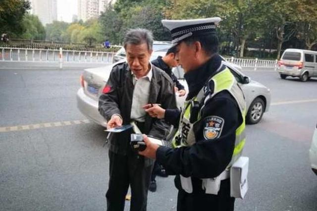 杭州1交警拦违停车辆处罚 司机却对其说了句谢谢