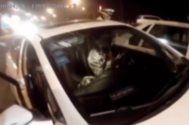 绍兴醉驾女司机想逃跑 交警追出一公里将其拦停