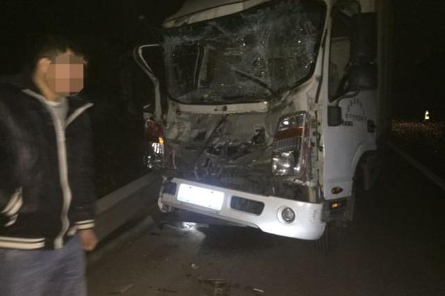 沈海高速一轻型货车追尾重型货车 有人受皮外伤