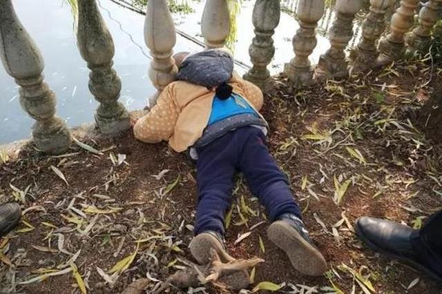 金华3岁男孩跑水塘边玩耍 头卡进罗马柱内动弹不得