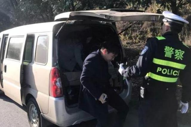 衢州交警拦下一辆面包车 七座的车坐了9个人(图)