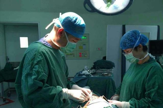 儿子躺在急诊室 杭州1对医生父母却在为别人做手术