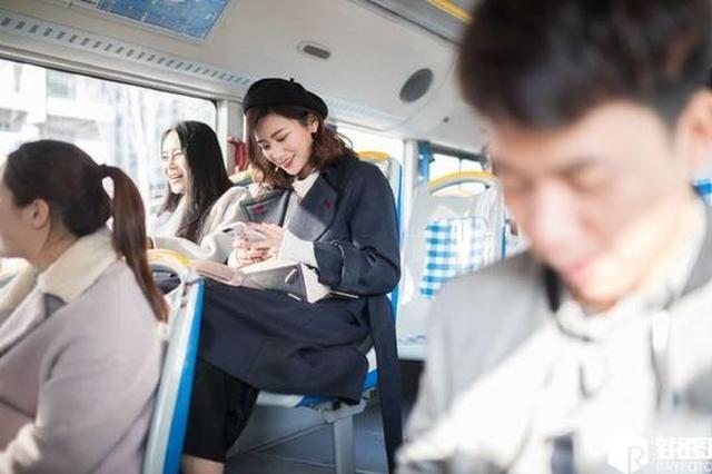 杭州这辆公交车网红扎堆 男乘客看呆忘下车