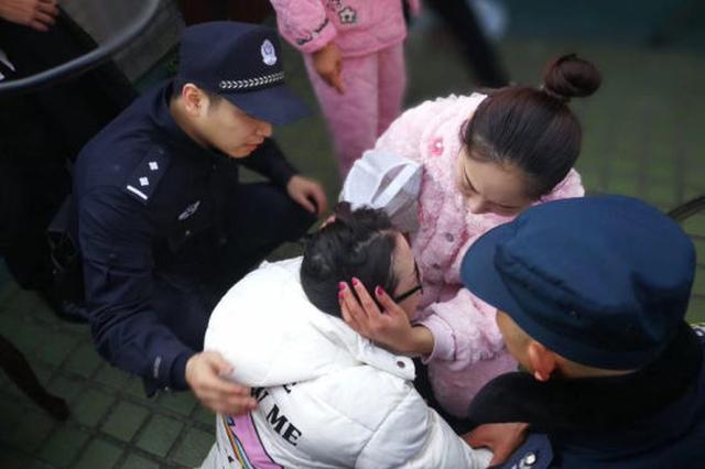 杭州一孕妇轻生跳楼 民警16层楼顶边缘无防护托举
