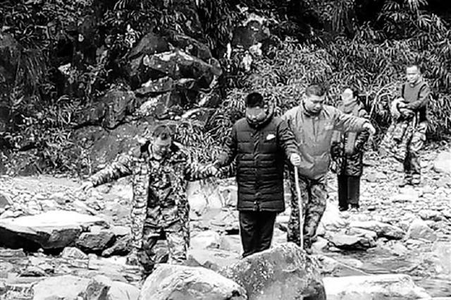 浙妈妈带儿子穿大峡谷跌水潭 被救后要儿子继续前行