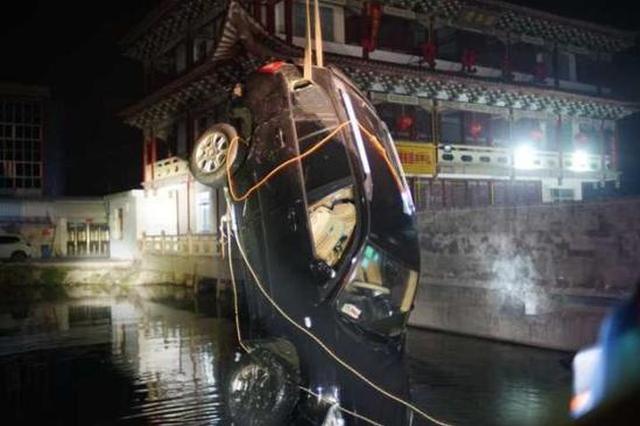 温州1空挡轿车意外坠河 直到被捞起车主才现身(图)