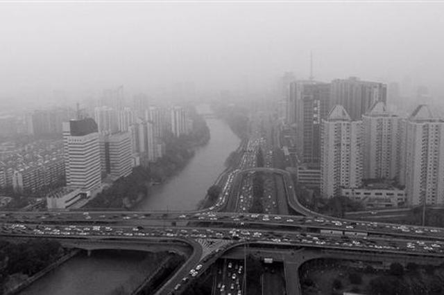 杭州启动今年首次大气污染Ⅳ级预警 外出要注意防护