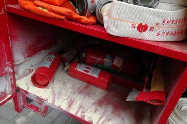 杭州城北一小区突冒黑烟 3人被困微型消防站立功