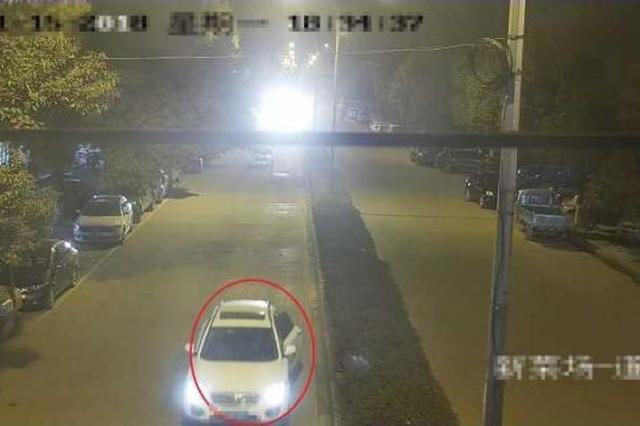浙江一货车司机开轿车偷3块篷布 因关不上车门被抓