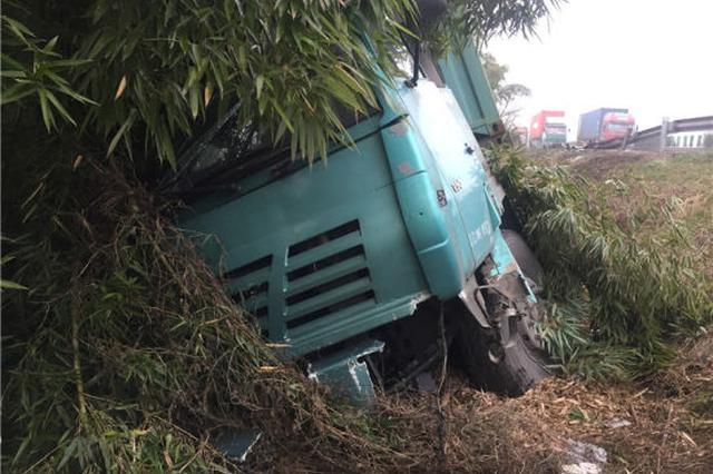浙1集卡车撞坏30多米护栏后翻车 司机疲劳驾驶险丧命