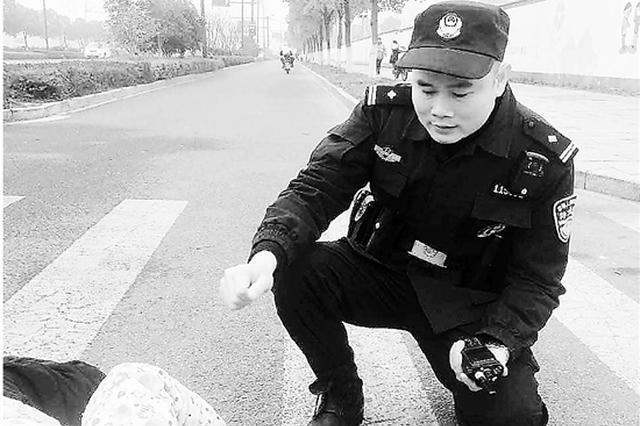 和儿子吵了一架 杭州一老人气愤之下躺在马路上