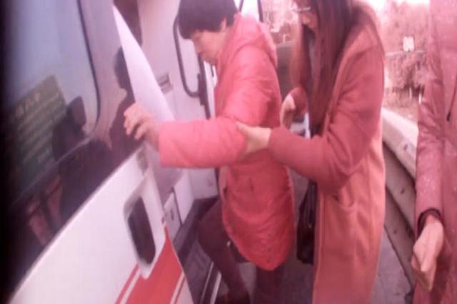 一辆救护车救下两人 浙江丽水交警急中生智
