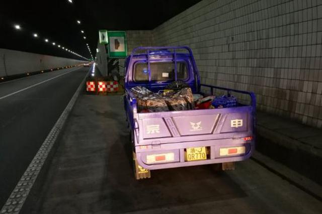 浙江务工男开三轮摩托跨省返乡 半路停车加桶装油