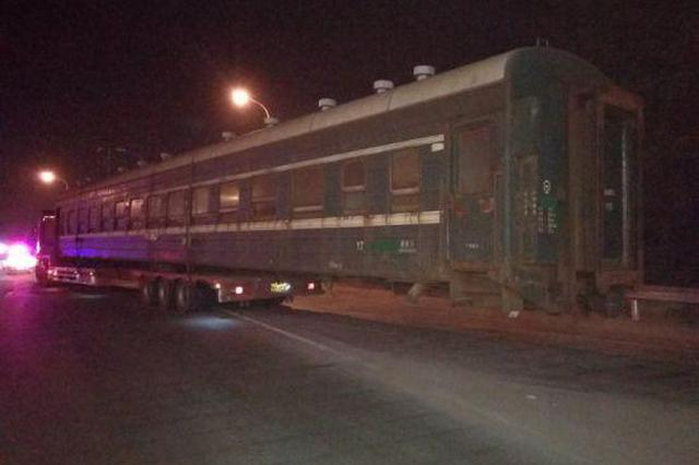 浙江一半挂车装火车箱上高速 一半箱体挂在车外