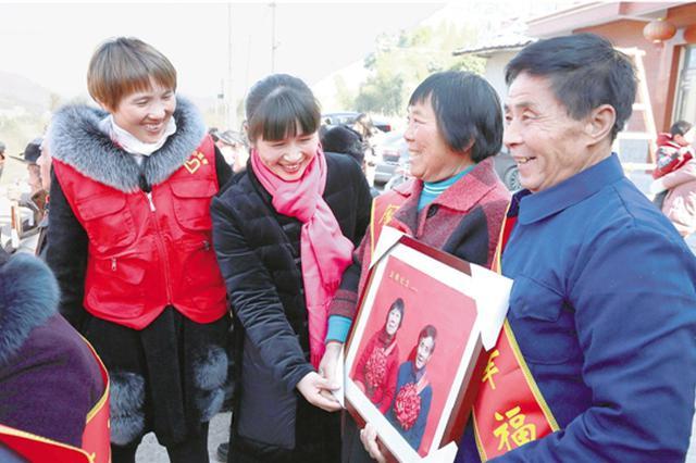 杭州36对老夫妇齐聚 拍36张金婚照定格皱纹里的幸福