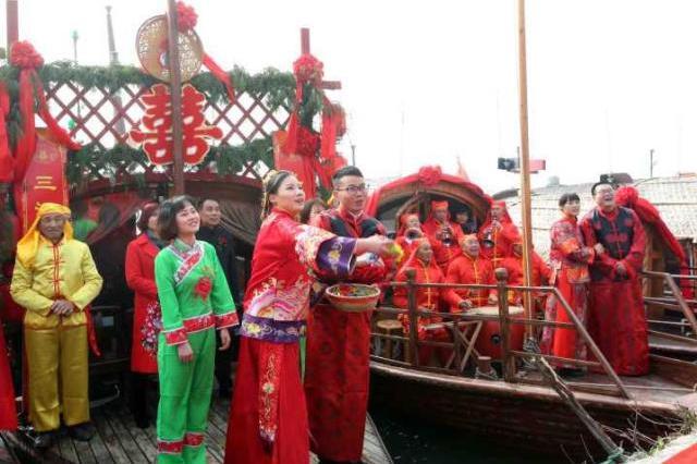 杭州一对小夫妻表演100次水上婚礼 第101次修成正果