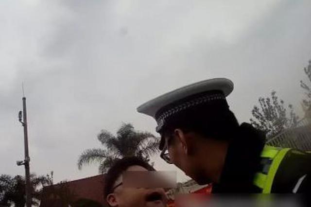 温州90后男子疯狂辱骂交警 父母称他还是个孩子