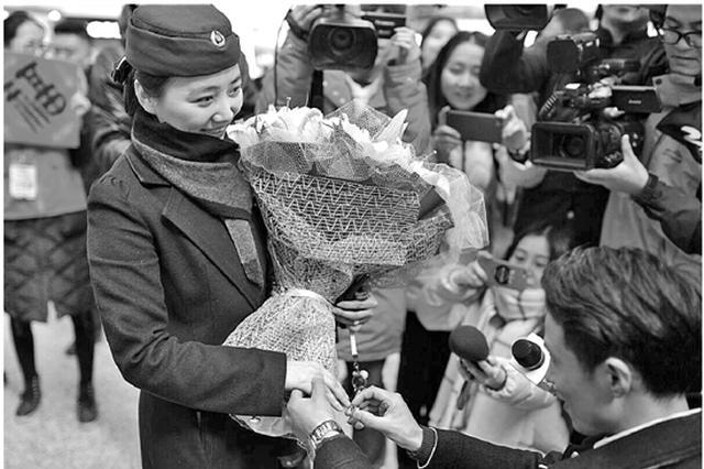 杭州东站有一场甜蜜求婚:在一起的331天嫁给我吧
